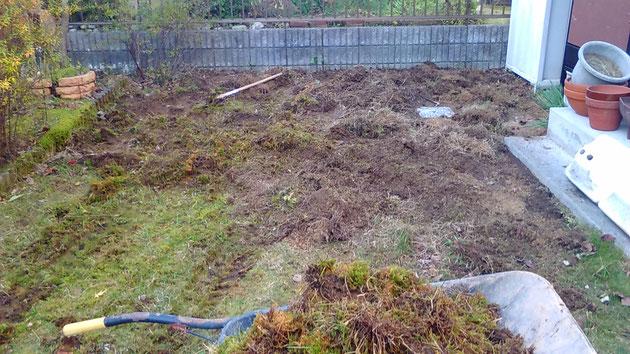 お庭のリフォーム工事。芝生をはがしてます。
