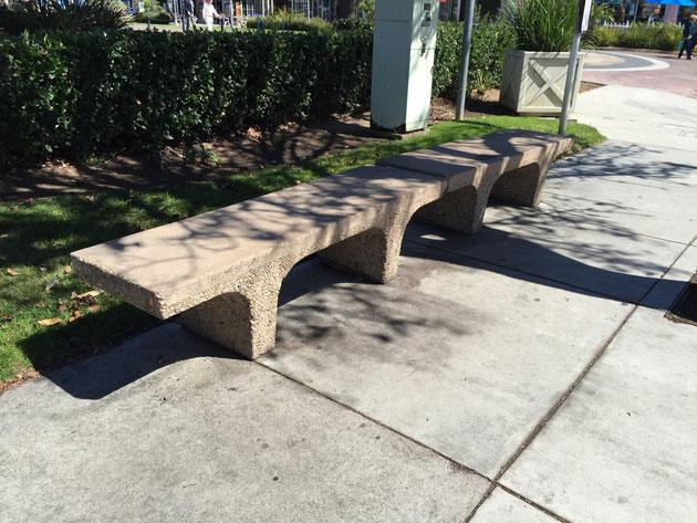 ベンチのデザイン自体も良いが、洗い出しの脚と座面の仕上げの違いも良い