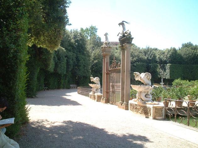 こちらもボボリ庭園の角柱 角柱なの?となりの口から水はいているオブジェも気になる・・・