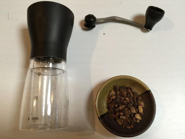 コーヒーミルでローストしたどんぐりを挽いてみます!