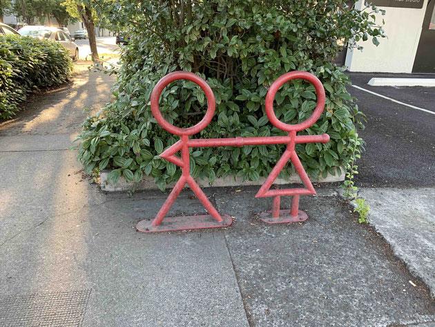 男性と女性が手を繋いだモデルのサイクルスタンド
