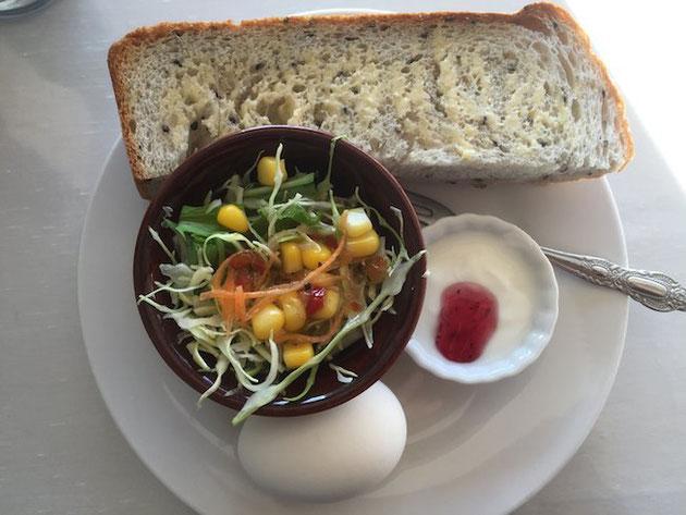 トーストにサラダにゆで卵!それにヨーグルトも付いてくる。これがドリンクについてくるなんて最高!