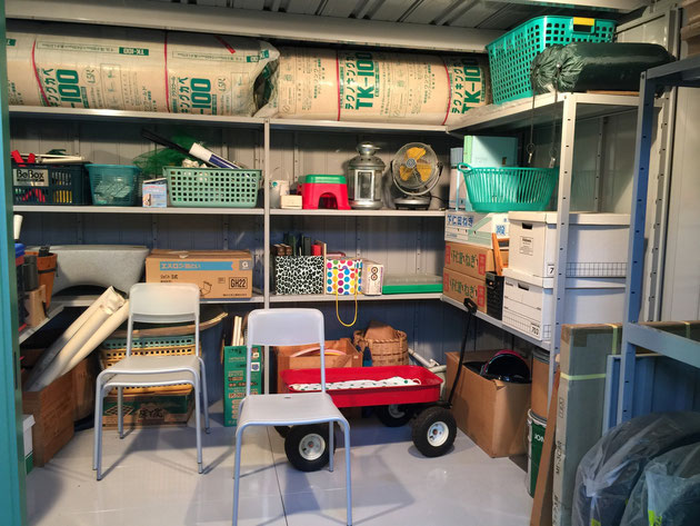 Lの字で棚がつけられている。これなら大型の物置を買っても空間をもてあます事が減りますね。