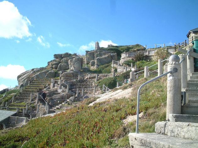 青い空と崖のグランドカバーそして石の構造物。美しい。