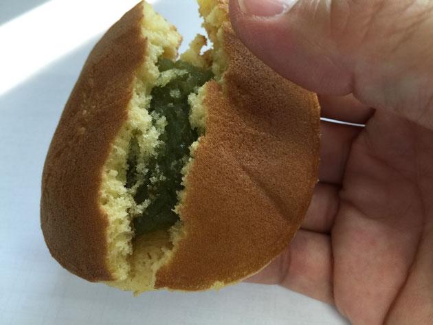 サボテンどら焼きを割ってみると、中から緑色の餡が!!これは!?