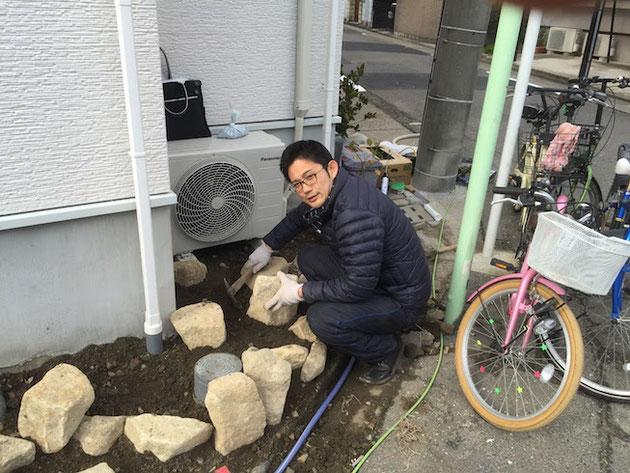 自分で石を組んでロックガーデンを作るガーデンドクター柴ちゃん!!!石触るの好きなんです。