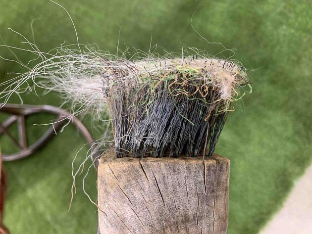 人工芝から犬の毛を取るブラシの頭はワイヤーブラシ状になっております。