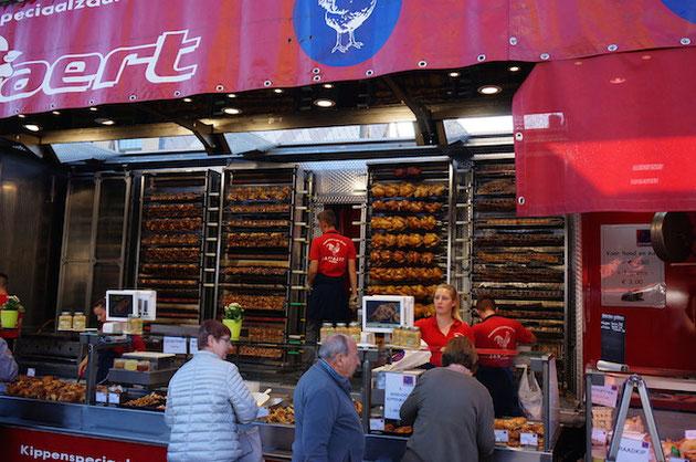 ベルギーの市場で稼働していたトレイラーのローストチキン屋さん。