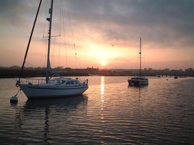 ヨットから撮った素敵な夕暮れ。イギリスにも素敵な夕焼けがあります。