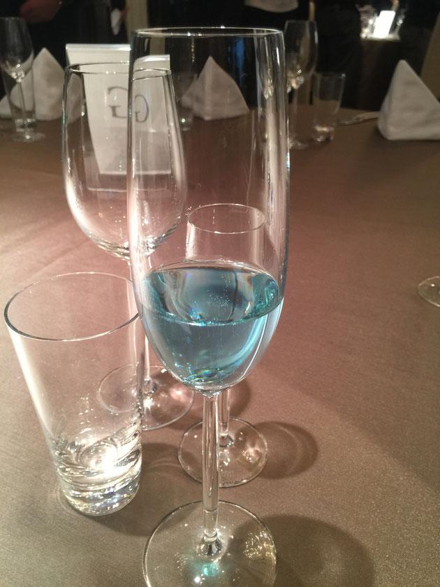 青色のシャンパンなんて初めて見ました!