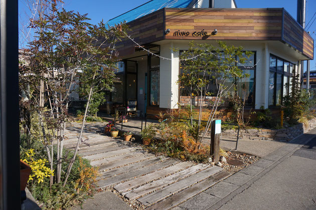 木材や石など天然の素材を使って柔らかい雰囲気の庭カフェさん