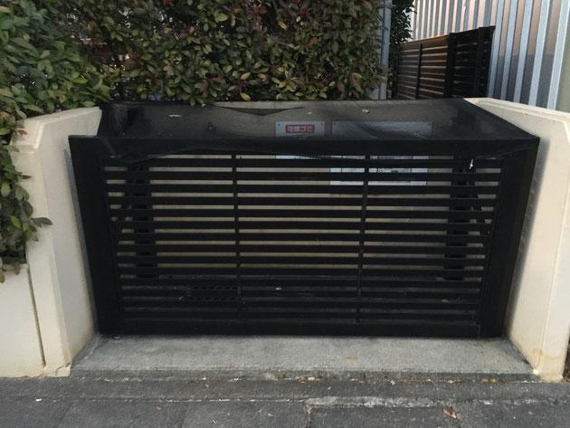 ゴミ置き場に設置されていたオーバードア。多分リフォームだと思うのですが、一般的に売られているゴミストッカーよりも大きく使えるかも。