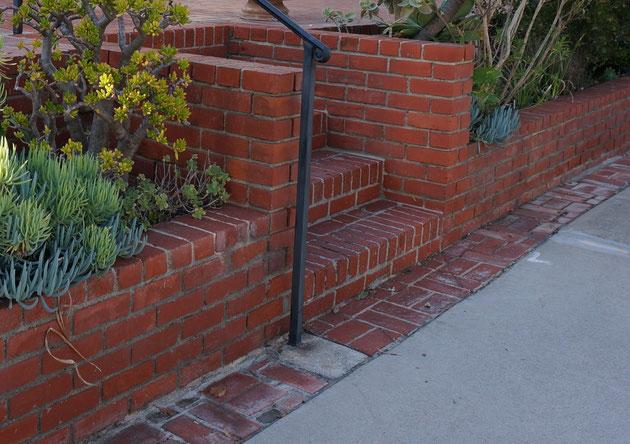 アメリカ外構のレンガ階段の詳細。天端のレンガが小口立てのパターンもありました。