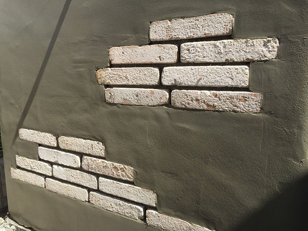 アンティーク風のブロック塀下地にタイルを貼ってもらいました。