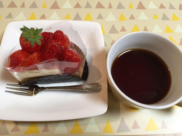 どんぐりコーヒーとイチゴのタルト!どんぐりコーヒーは一体どんな味がするのか!?