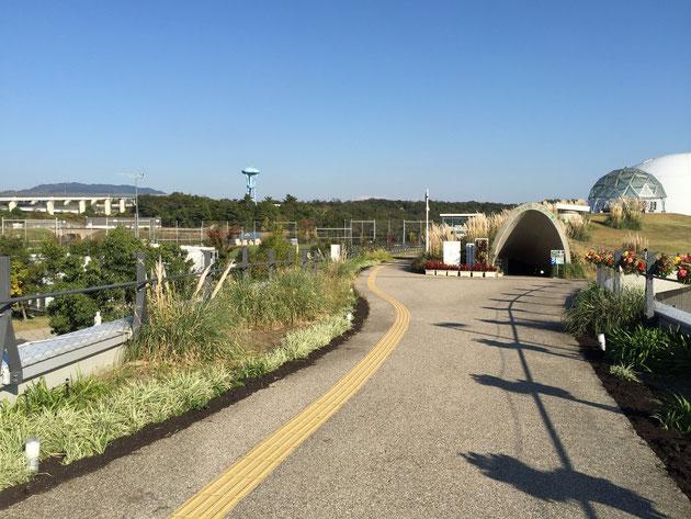 駅から歩いてそのまま公園に入って行く通路がある。これはリニモで来ないと気がつかないな・・・