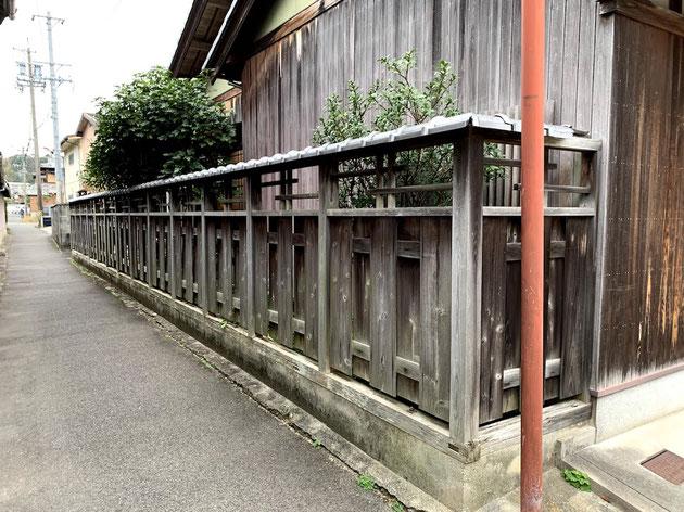 瓦の乗った木塀。宿場町の風景に似合う素敵な外構塀です。