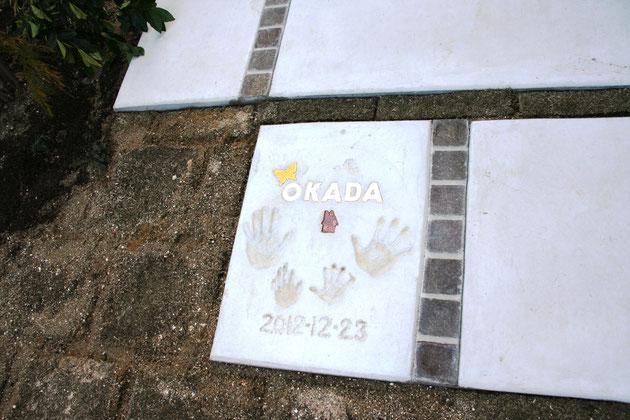 乾いた手形。このコンクリート床のデザインなら、全く違和感が無いですね。さすが柴ちゃんと自画自賛。