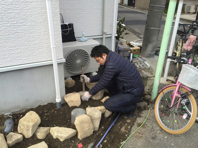 石組みを楽しんでいるガーデンドクター柴ちゃん。この後の植栽がまた楽しい。