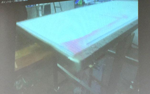 プラスGポイントルーフの屋根に流れる色水。ガイドをつけてあるので、一部分から水が落ちやすいしかけがしてある。