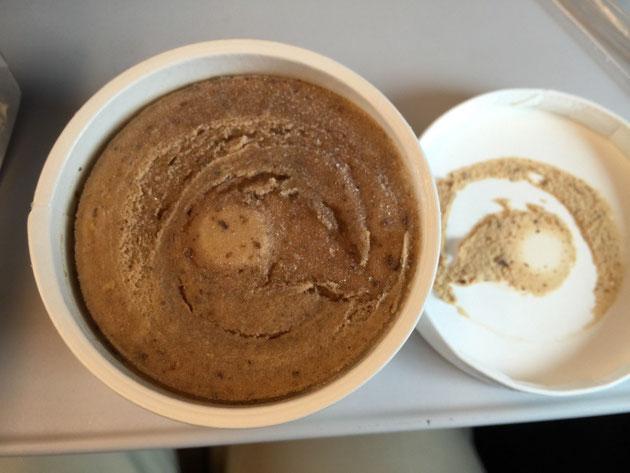 モミジラテアイス。茶色いアイスはコーヒーの様な見た目だが、ちゃんとロイヤルミルクな味だ。