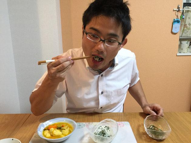 スベリヒユのマヨネーズ和えを食べるガーデンドクター柴ちゃん。普通に夕食の一品として食べたのがばれた。