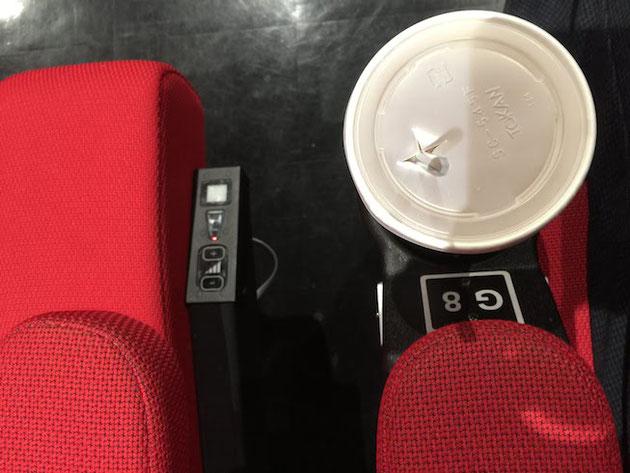 座席の脇にこんなボタンが付いています。これで座席の動く強さが選べます。