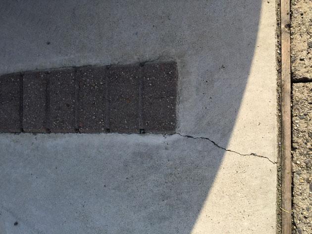 割れているコンクリート土間 このような設計をすると絶対割れてしまうと思います
