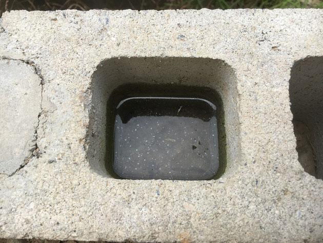 ブロックの穴に水たまりが・・・!これはいけない!!