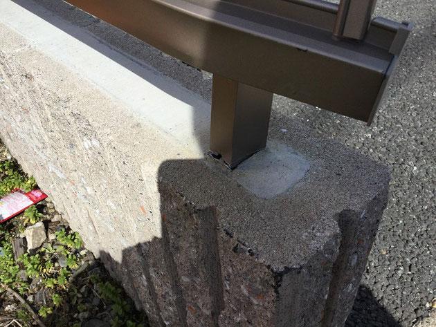 フェンスが壊れて、ブロックにも傷が!