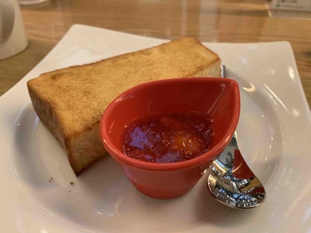 トーストといちごソース。いちごソースかなり美味しい。