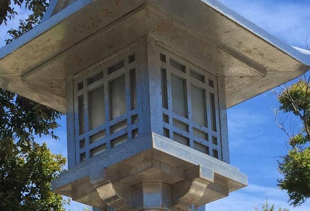 ステンレス製の灯籠。よく見てみると、表面には錆が・・・ステンレスも潮風には弱い。鎌倉と言う立地が原因か?