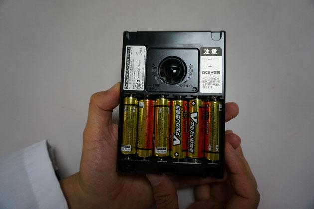 単三アルカリ電池を6本使用します。百均で買えば200円で2本余ります。