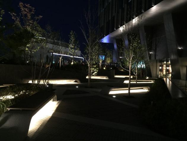 オシャレな空間が広がる大名古屋ビルジング5階のスカイガーデン。ベンチの照明が素敵だ。
