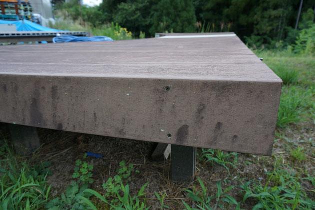 人工木ウッドデッキに生えるカビ。天然木でも生えるが・・・