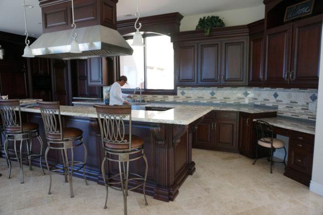凄いキッチンだ!アメリカの住宅はインテリアも一緒にコーディネートされている事も多い。