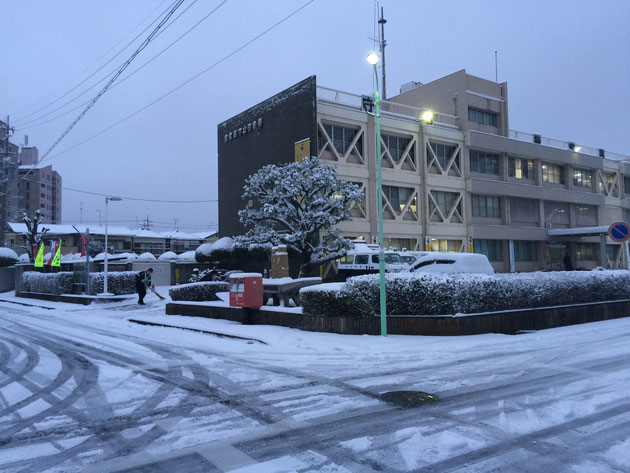 守山警察署の前ではおまわりさんが雪かきをされてました。