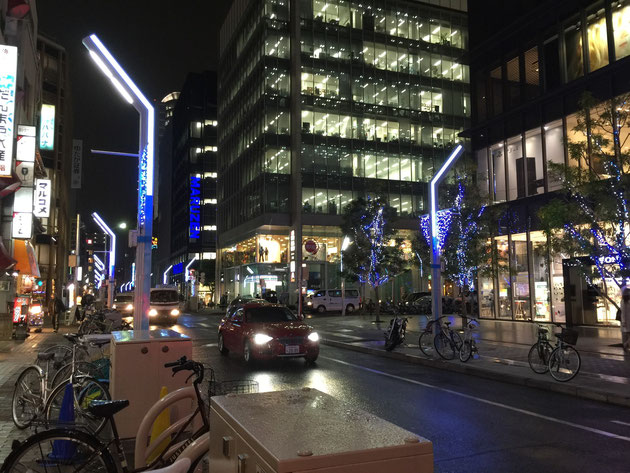 栄に有るソニーストア名古屋の前あたりはこんな感じ。ちょっと電飾は弱いですが、一本入ったところでも電飾してる!それに街灯がオシャレ!