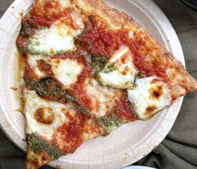 こちらはマルゲリータピザ・これも一枚300円!