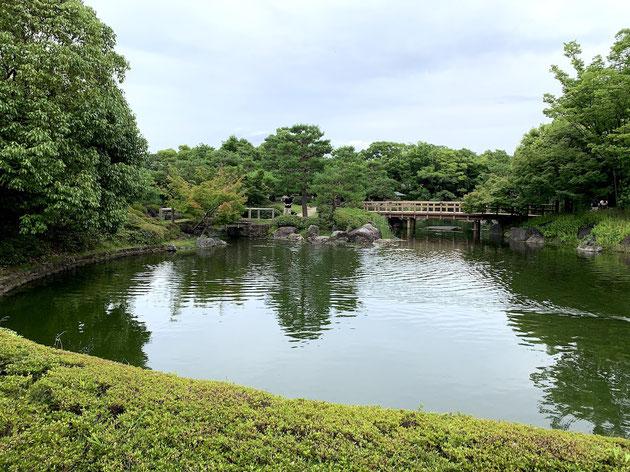 すごく大きい庭。池泉回遊式庭園では徳川園よりも大きいかな。