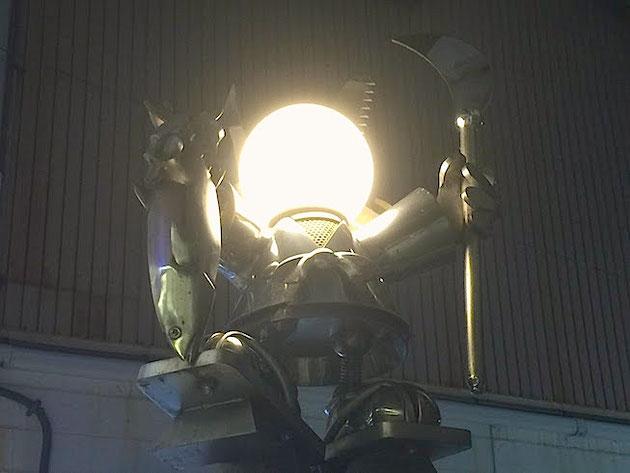 味小路でふと見つけた街灯。紀伊田辺にゆかりのある弁慶の街灯だった。