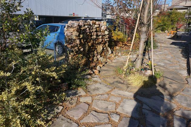 枕木アプローチの奥にはお庭が広がっています。天然石を積み上げた壁は水が出る壁泉でした!