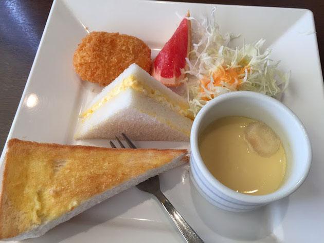 トーストにクリームコロッケとたまごサンドと茶碗蒸しとサラダとグレープフルーツ。