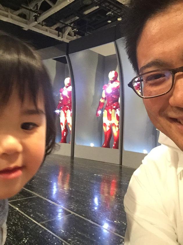 最後にアイアンマンの前で娘と記念撮影の自撮り