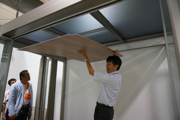 内天井はLIXILのアルミ樹脂複合板。色はグレイッシュオークとクリエアイボリー。デザイナーズボードと一緒の素材?
