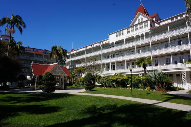 こちらがホテル、デル・コロナドの中庭 赤い屋根のガゼボと芝生の緑と空の青がたまりません