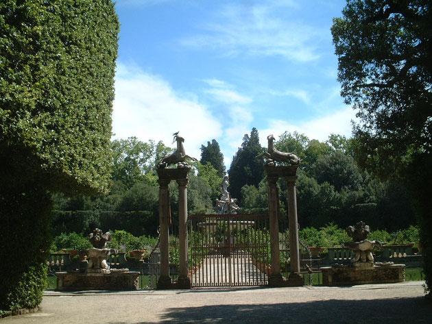 イタリア フィレンツェにある名園『ボボリ庭園』角柱の上にはヤギ?が載っている