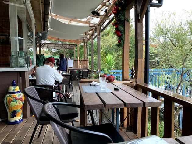 池のほとりのカフェさんのテラス席。雨でも屋根があるので外で楽しめます。