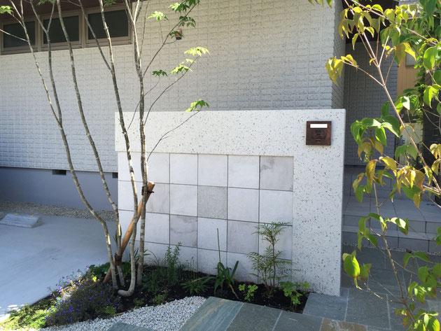 門塀は天然石を貼り、壁の厚み、素材選びなどを拘り作りました。