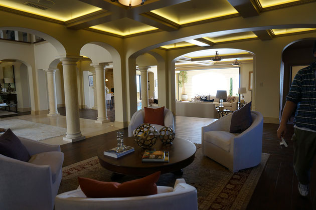 家具つきの室内。間接照明や柱の装飾。凄いしか出てこない!